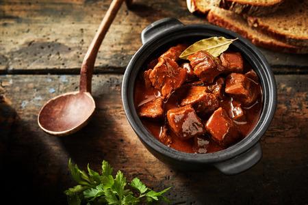 オーバーヘッドのビューでサービングのサイズでおいしいグーラッシュのおいしい伝統的なドイツ料理
