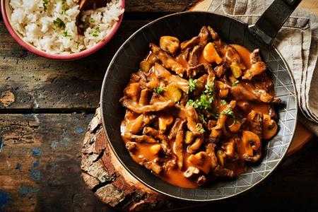 Vue en plongée verticale d'une casserole pleine de zurich ragout. la viande coupée en bandes, un menu allemand de la cuisine de tradition. Banque d'images - 70888393