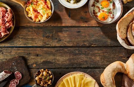 comida alemana: Frontera de platos salados alemán en la mesa rústica, como un gran pretzel Baviera y salchichas duro tradicional