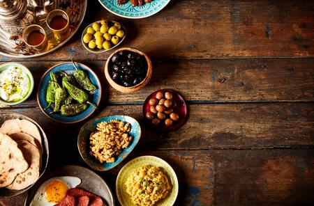 Divers petit-déjeuner arabe sur rustique plaque de fond