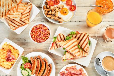 イングリッシュ ・ ブレックファーストとテーブルのオーバーヘッドがビュー。朝食品の英語の伝統の品揃え。