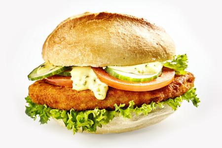 mayonesa: Hamburguesa con escalopes fritos de carne y verduras, primer plano aislado sobre fondo blanco Foto de archivo