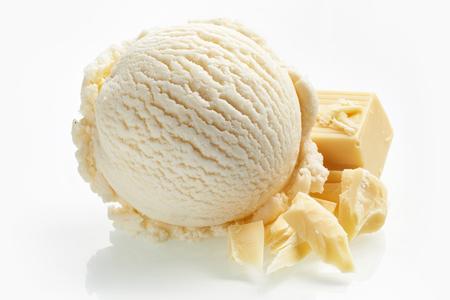 白で隔離成分として横棒キャンディの個のセットと 1 つのスクープの名物ホワイト ミルク チョコレート アイス クリーム