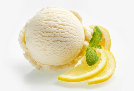 Tangy 신선한 레몬 감귤류 셔벗 또는 흰색 배경 위에 민트와 함께 garnished 얇게 썬된 신선한 과일 아이스크림