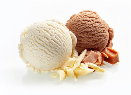 ホワイト チョコレートとキャラメル アイス クリーム スクープ クローズ アップ ホワイト バック グラウンドの分離