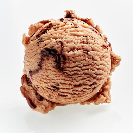 Lekkere bolletje bevroren koffie Italiaans ijs gezien vanaf de bovenkant met de textuur in vierkant formaat op wit voor reclame Stockfoto