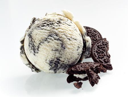 Speciaal Amerikaans Oreo-Ijs Met Gebroken Koekjes naast als ingrediënten die op wit worden geïllustreerd, die de textuur van de scoop laten zien Stockfoto