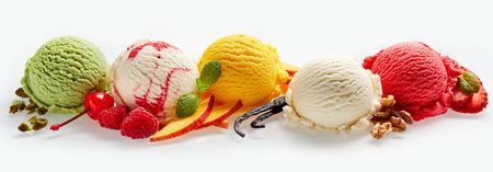 Conjunto de cucharadas de helado de diferentes colores y sabores con bayas, nueces y frutas decoración aislada sobre fondo blanco Foto de archivo - 73794979