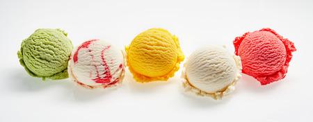 Vue de dessus de la vie éternelle de cinq boules de glace fraîche colorée et rafraîchissante devant le fond blanc Banque d'images - 73795329