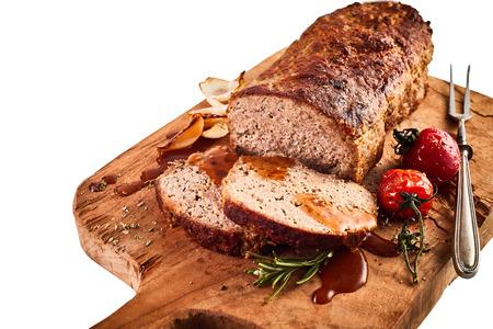 おいしい焼きミートローフ ローズマリーで味付けし、されている刻まれた木製のまな板ディナーを提供しています準備ができて野菜ロースト