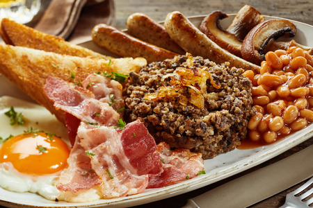 entrails: Full Scottish country breakfast with haggis, bacon, fried egg, mushrooms, sausages and baked beans seasoned with herbs