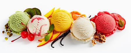 Fila di colorato gelato scoop con decorazioni, girato dall'alto, isolato su sfondo bianco