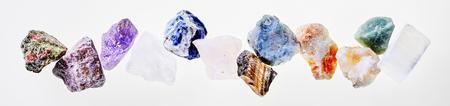 Unakite、様々 な石英、タイガーアイ、ソーダライト、代替医学の治療概念の杉石と白で各種の分離癒しの石のパノラマのバナー 写真素材