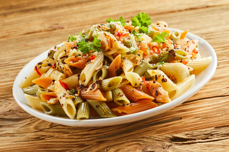 전통적인 이탈리아 요리에 대 한 타원형 플래터에 허브와 파 르 메 산 치즈와 매운 wholewheat 펜 네 파스타의 탄수화물 식사 역임 스톡 콘텐츠