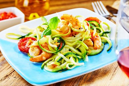 ワインと新鮮な生の野菜サラダ大海老のスパイシー グリル裏グルメ低炭水化物料理の前菜を提供