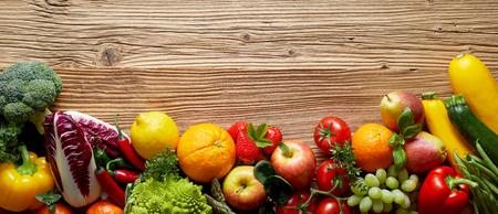 ワイド フレームで上記塗装木目調コピー スペースと木製のテーブル表面で新鮮な果物や野菜をミックスします。