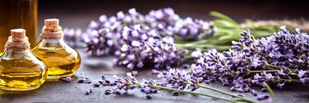 パノラマのバナーまたは代替医学、香水、アロマセラピーの精油の小と新鮮な紫色のラベンダーのヘッダー