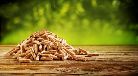Tas de copeaux de bois naturel sur une table rustique en plein air dans la nature dans un concept de ressources naturelles et d'énergie renouvelable avec espace copie