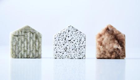 3 つの自然な色、質感の白い背景に分離された建材から作られた家の図形。