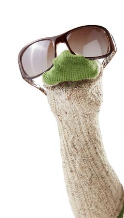 Lana calcetín marioneta con gafas de sol aisladas sobre fondo blanco Foto de archivo - 82621831