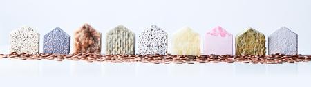9 テクスチャ家図形に囲まれて豊かな住宅街を表す孤立した白い背景の上のコイン。