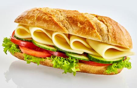 Verse vegetarische baguettesandwich met kaas, komkommer, tomaat en salade