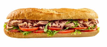 Baguette sandwich met tonijn vis, tomaat en salade geïsoleerd op een witte achtergrond Stockfoto - 82861350