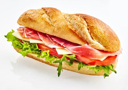 Sandwich baguette fraîche avec jambon serrano, fromage, tomate et salade Banque d'images - 82861355