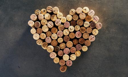 Wine corks arranged in heart shape against dark background Imagens