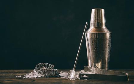 칵테일 셰이 커, swizzle, 집게 및 복사본 공간이 오래 된 빈티지 나무 테이블에 여름 칵테일 음료를 준비하는 것에 대 한 짓 눌린 된 얼음 숟가락