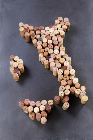イタリアやアペニン半島の形に配置されたワインのコルク栓