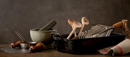スプーン、木製テーブルの上杵、キッチン用品とモルタル 写真素材