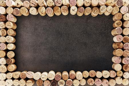 暗い背景に長方形のフレームに配置されたワインのコルク栓