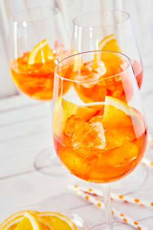 Aaolol 오렌지 spritz 칵테일 및 일반 흰색 목재 배경으로 안경 상쾌의 닫습니다.