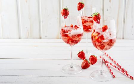 コピー スペースで素朴な白い木製のワイングラスに砕いた氷さわやかな食前酒として提供しているアルコールとイチゴのカクテル