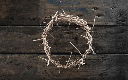 上から見るとサークレットまたはイースター、キリストのはりつけの象徴的な素朴な木材にいばらの冠