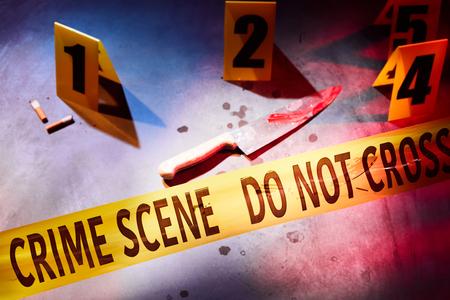 背後に証拠マーカーでマークされた血まみれのナイフと血痕犯罪現場でテープをクロスしないでください