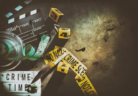 원형 필름 컨테이너와 노란색 범죄 장면 테이프 옆에 더러운 금속 칼 밝은 테두리가 음영 처리 된 가장자리와 조명