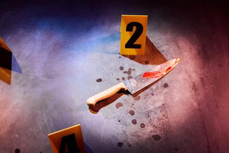 범죄 현장에 증거 번호 표시가있는 피 묻은 나이프와 피 얼룩 스톡 콘텐츠