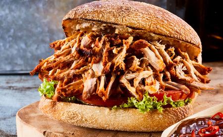 Gebakken sandwich gevuld met vlees, salade, tomaat