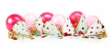 Vrij leuke stip carnaval banner met gouden en witte feestmutsen, confetti en roze ballonnen op wit