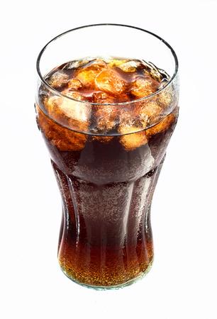 白い背景に対して孤立した氷とソーダのガラス 写真素材