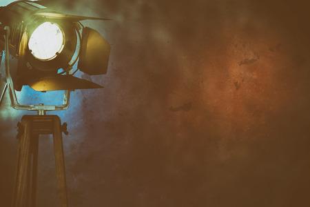 Ein belichtetes Stadiumslicht unter Trockeneisrauch auf einem einfachen, dunklen Hintergrund mit Kopienraum.