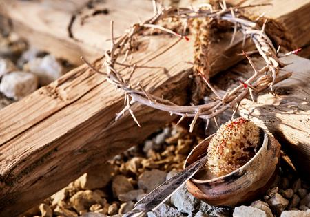酢はりつけシンボルに浸したスポンジ槍といばらの冠の中で木製の十字架 写真素材