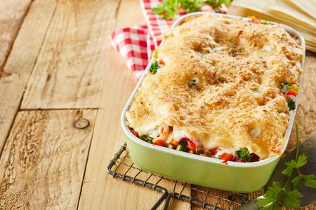 복사본 공간 소박한 테이블에 철사 선반에 냉각 강판 된 치즈 서를 얹어 신선한 이탈리아어 야채 라자 냐의 캐 서 롤 요리