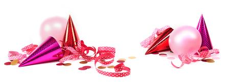 Banner di Carnevale con decorazioni rosa tra cui cappellini, stelle filanti, palloncini e coriandoli su bianco