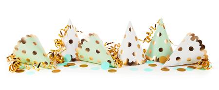 Carnaval-thema van partijhoeden met linten tegen witte achtergrond Stockfoto