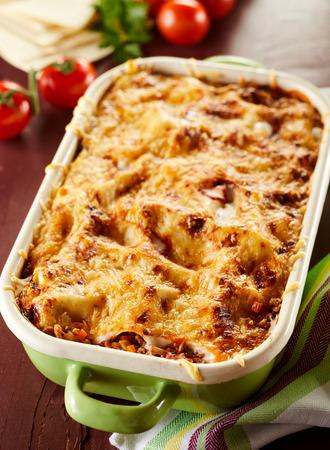 Klaar gebakken lasagne in bakselschotel die zich op lijst bevinden