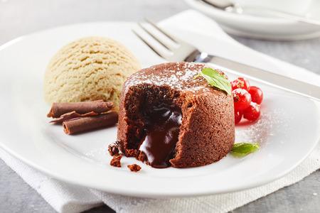 아이스 크림과 함께 초콜릿 용암 케이크가 접시에 제공 스톡 콘텐츠