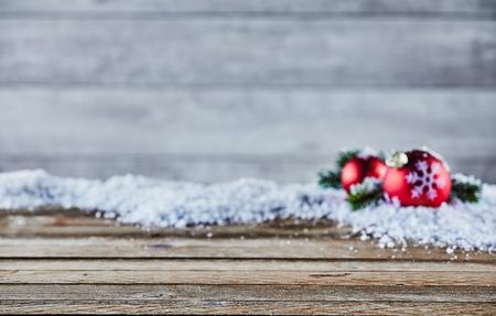 빈티지 나무에 대 한 눈과 빨간 싸구려의 소프트 포커스 배경 가진 제품의 배치에 대 한 공간을 가진 크리스마스 배경 스톡 콘텐츠